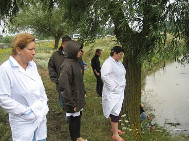 Training Hydrobiology of the Service, demonstrating sampling macroinvertebrates in surface waters of the Prut river basin